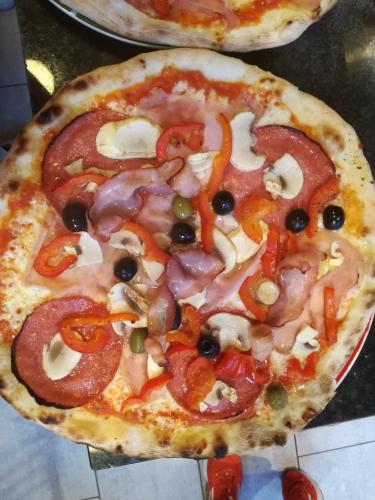 de lekkerste pizza schepdaal italienische pizza amerikanische pizza pasta essen bestellen. Black Bedroom Furniture Sets. Home Design Ideas